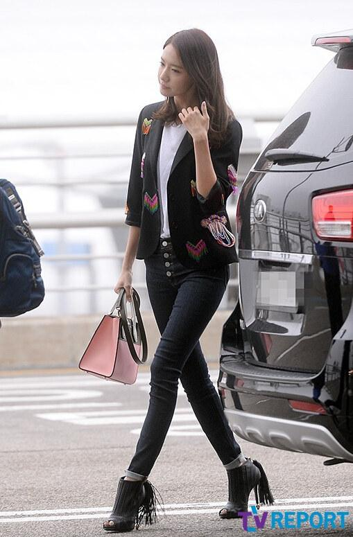 少女时代允儿现身机场来华 黑色装扮气场足【组图】