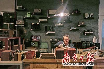曾德钧的工作室像一个收音机博物馆.