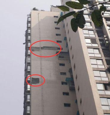 重庆翠湖澜郡楼顶加盖违建多年未拆谁在支撑?