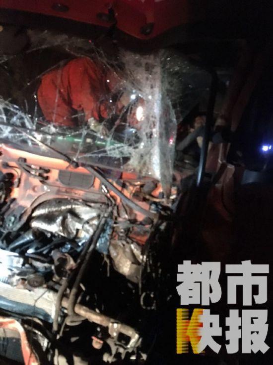 深夜宝鸡两半挂车追尾司机被困 消防连夜救援