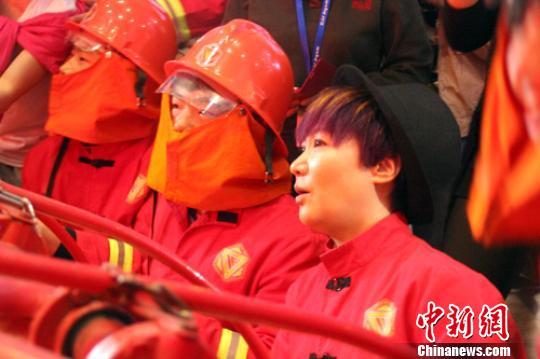 周艳泓和孩子们一起进行消防体验。 于俊亮 摄