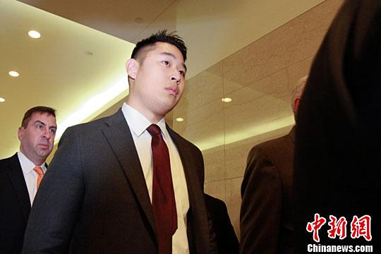 当地时间4月13日,梁彼得进入法庭。<a target='_blank'  data-cke-saved-href='http://www.chinanews.com/' href='http://www.chinanews.com/'><p  align=