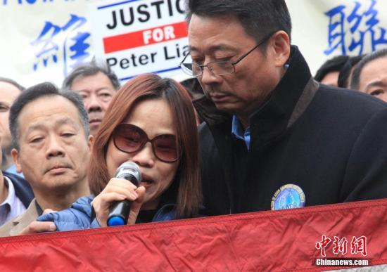 资料图:梁彼得母亲在抗议活动上痛哭失声。 <a target='_blank'  data-cke-saved-href='http://www.chinanews.com/' href='http://www.chinanews.com/'><p  align=