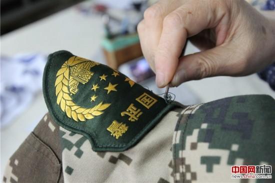 图说 边防部队新式臂章拆改工作图片