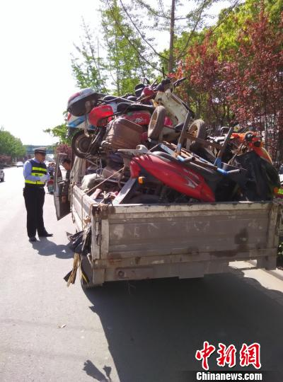 男子駕駛報廢農用車上路車上載有16輛報廢車