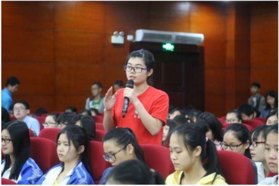 新东方名师唐迟到广西中医大开展英语学习讲座