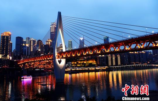 庆市,在重庆市朝天门汇入长江. 注入长江前流经重庆主城段的夜景图片