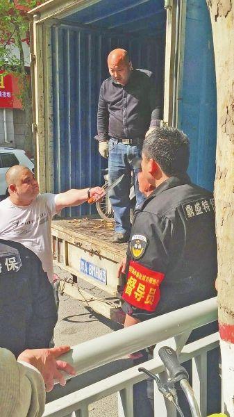 郑州持刀对抗城管视频