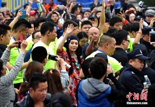 4月10日,艺人范冰冰现身武汉马拉松。<a target=