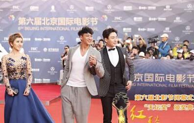 第六届北京电影节闭幕梁咏琪颁奖意外摔倒 腿裹纱布手