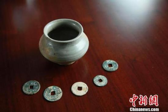 图为安置地发现的宋代青瓷钵和古钱币。郑镇摄