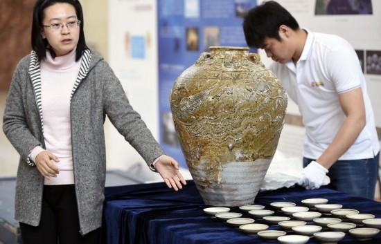 4月25日,博物馆工作人员在开箱仪式上向记者介绍文物。 新华社记者 姚剑锋 摄