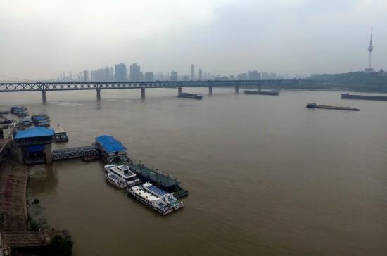 这是长江武汉段江面(4月25日摄)。新华社记者 程敏 摄