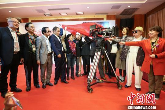 4月25日,大型公益电影《大爱回家》在贵阳举行开机仪式。 张伟 摄
