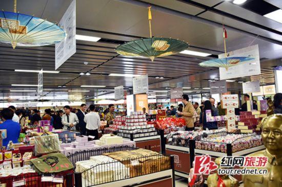 旅游商品体验馆内充满特色的商品琳琅满目。