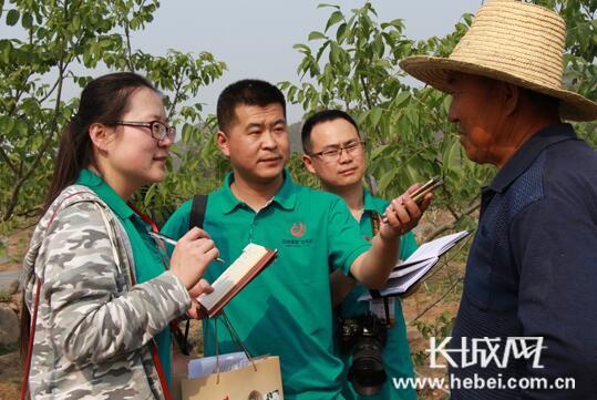 媒体记者与果农面对面交流。长城网 张天虎 摄