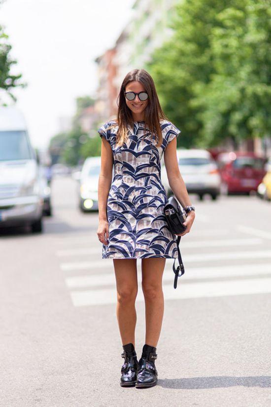 选择挺括的面料的A字裙,重塑身体轮廓,并且裙子和身体间的空间感会看起来更瘦啊~