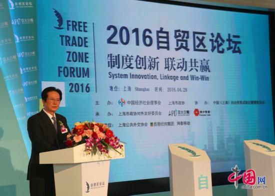 全国政协经济委员会副主任、全国工商联副主席、香港中国商会主席、香港经纬集团主席陈经纬在2016自贸区论坛上发表演讲