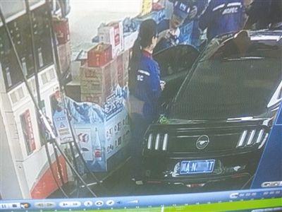 卖水姑娘在向车中的杨女士推销