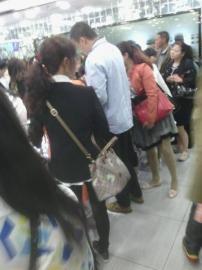 游客称,白衣男子强制要求购物。