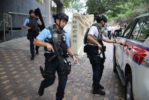 香港警方荷枪实弹搜捕可疑持枪者虚惊一场(图)
