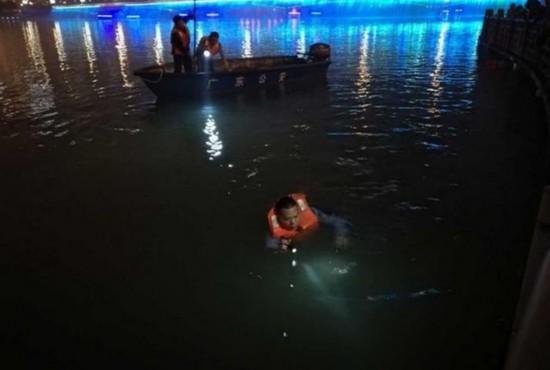 源城公安分局民警正在现场组织搜救工作。