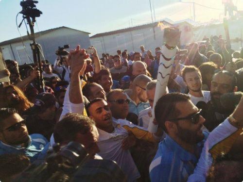 难民在希腊难民营传递火炬