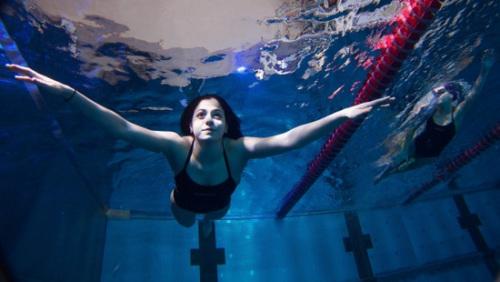 马迪妮游泳