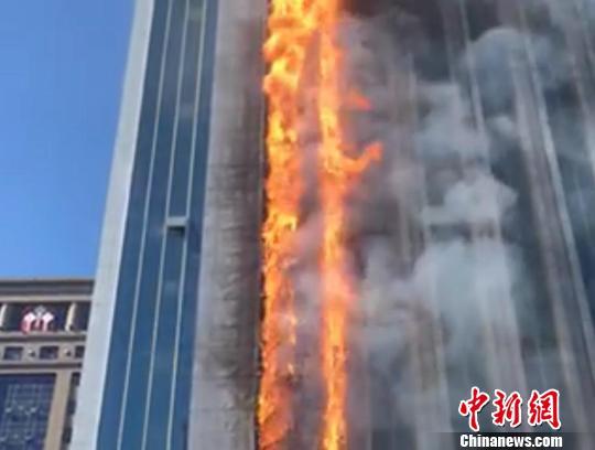 """南京大风天突发火情:高楼瞬时被""""火蛇""""直燎20层楼"""