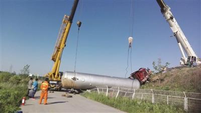 疑因匝道转弯速度过快 液化气槽罐车滚下高速护坡
