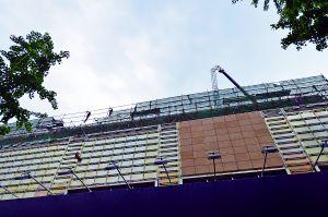 北京王府井塔吊突折臂 钢筋砸坏步行街商铺(图)