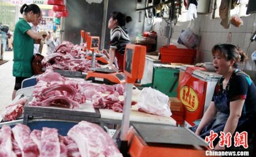 资料图。北京一菜市场的猪肉摊位门庭冷落。<a target='_blank'  data-cke-saved-href='http://www.chinanews.com/' href='http://www.chinanews.com/'><p  align=