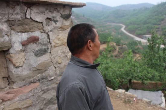 岗底村的老百姓杨会春眼神深邃地望着远处的大山说:李教授在太行山里走路和小跑一样,他太累了!