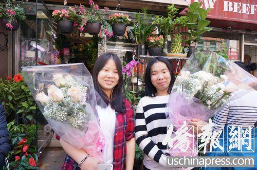 手捧母亲节鲜花的华裔少女。(美国《侨报》/陈辰