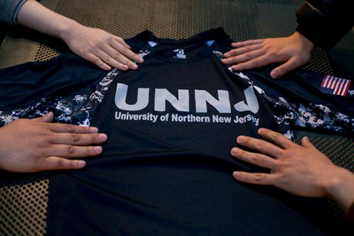 北新泽西大学向被招收的学生送T恤衫。这个假大学被列入政府网站,却不上课。(美国中文网)