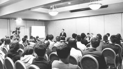 图为座谈会上华人企业家分享创业经验。(据人民网)