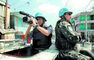 """广州警察张振贵在执行维和任务,摄像机也是他的其中一把""""枪""""。"""