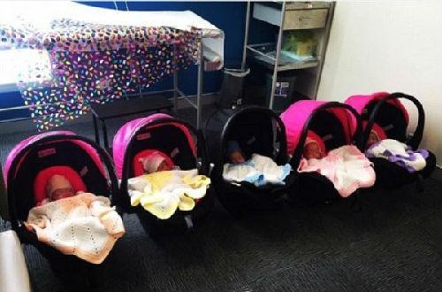 杜斯在Instagram分享带五个宝宝去看医生的照片,婴儿车长长一串排开,颇具排场。(图片来源:台湾《苹果日报》网站)