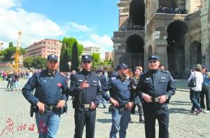 庞波(右一)在意大利街头巡逻。
