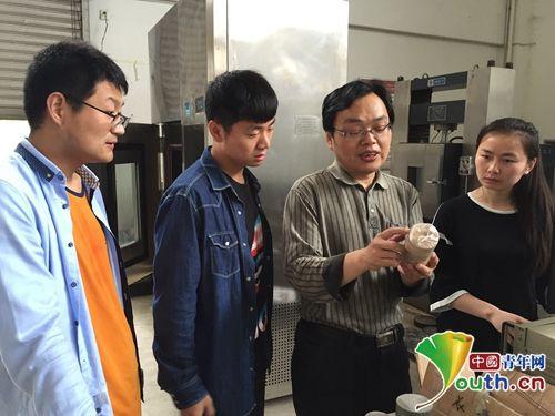 安徽建筑大学的老师在向同学们讲解。中国青年网记者 王龙龙 摄