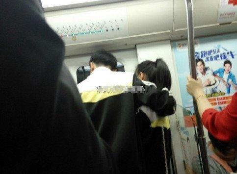 校服情侣上地铁拥吻到下车 乘客不知看哪好(图)