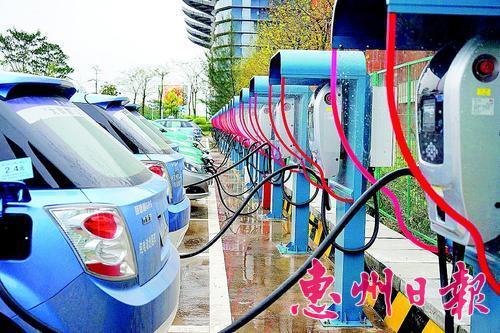 我市积极推广应用新能源汽车,配套建设了很多充电桩。 资料图片