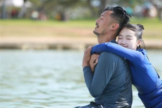 《相爱吧》周冬雨绝版泳装照 遭吐槽身材不在线