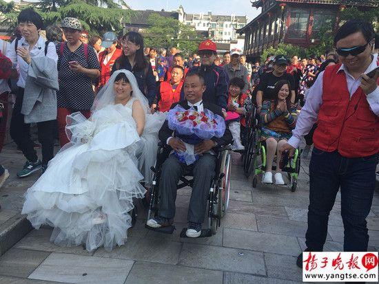 穿上婚紗高高興興游夫子廟