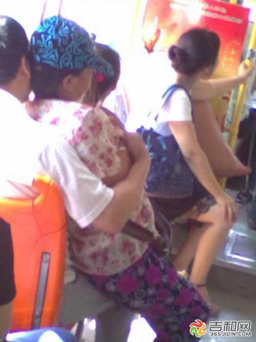 公交车上调情被骂 忘情搂抱疯狂激吻半个小时(组图)