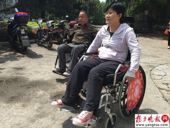 輪椅上的夫妻相濡以沫
