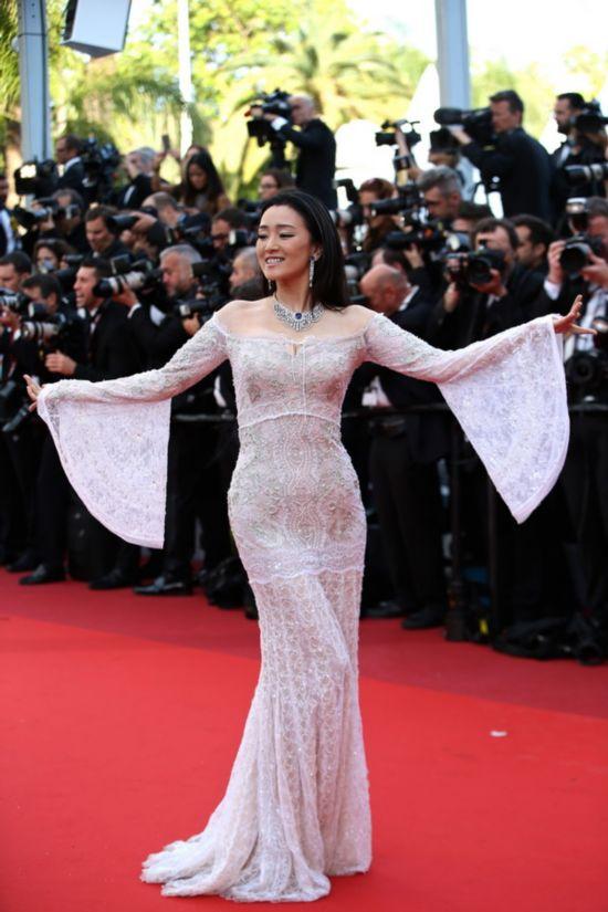5月11日,在法国戛纳,中国演员巩俐亮相第69届戛纳国际电影节开幕式红毯。新华社记者 金宇 摄