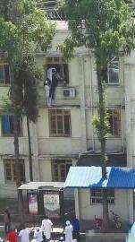 翻出三楼窗户救轻生病人 90后护士:后怕到腿软