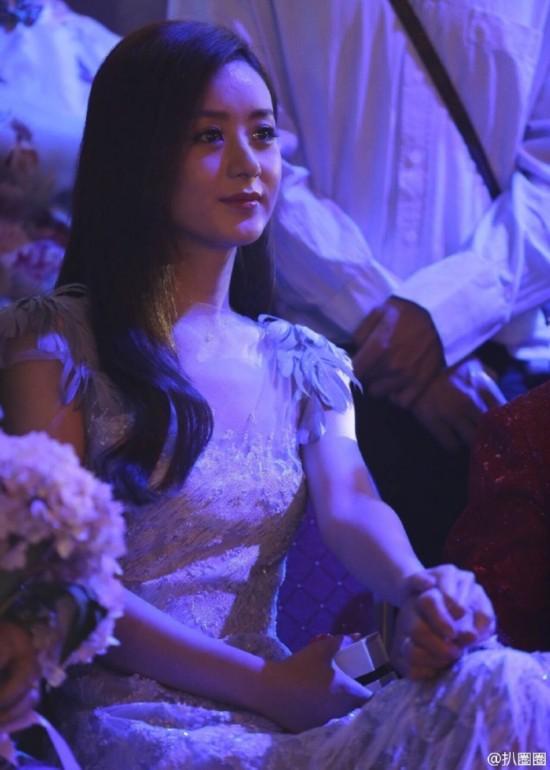 赵丽颖打扮美丽出席弟弟婚礼 几度感动流泪