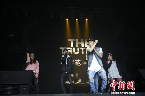 韩星朴宰范手把手教粉丝跳舞 粉丝:幸福到要晕倒